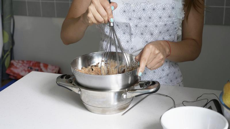 Dona de casa que faz o chocolate em casa feito foto de stock royalty free