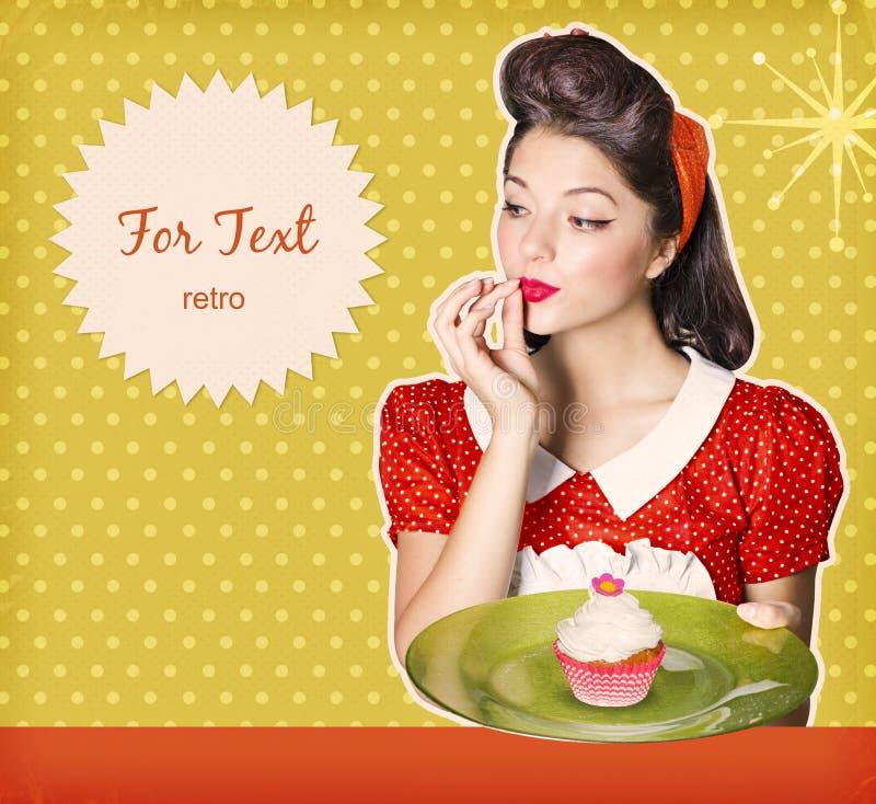 Dona de casa que guarda o queque doce em suas mãos Backgr retro do cartaz fotografia de stock royalty free