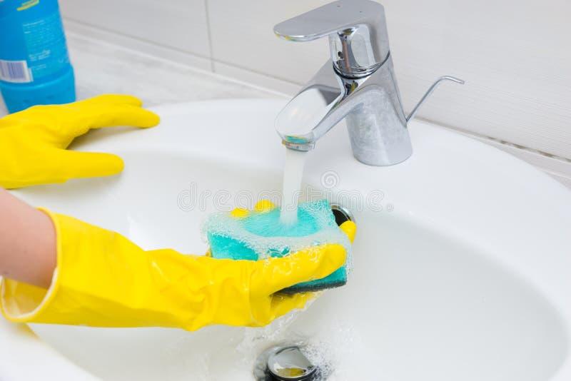 Dona de casa que lava a bacia de mão no banheiro foto de stock royalty free