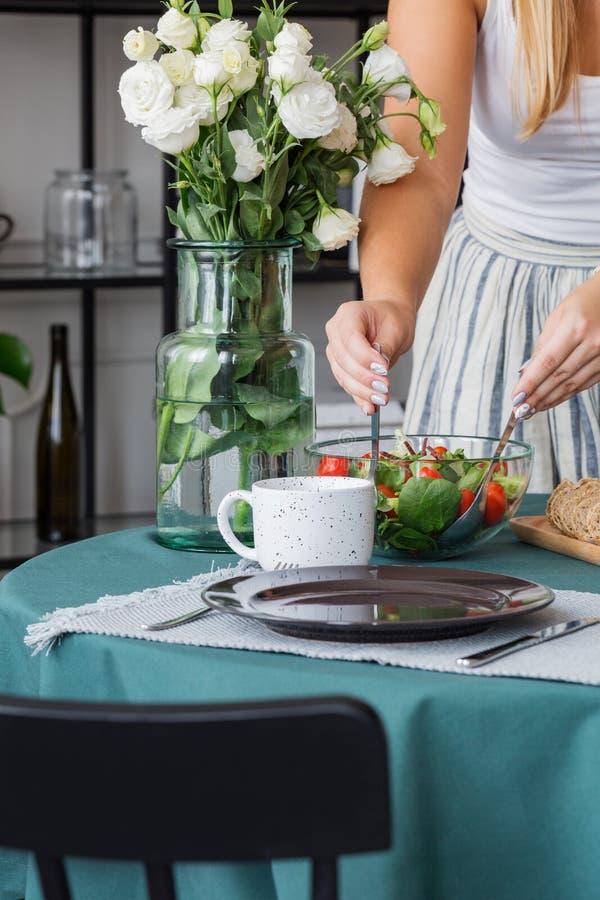 Dona de casa que prepara a salada foto de stock royalty free
