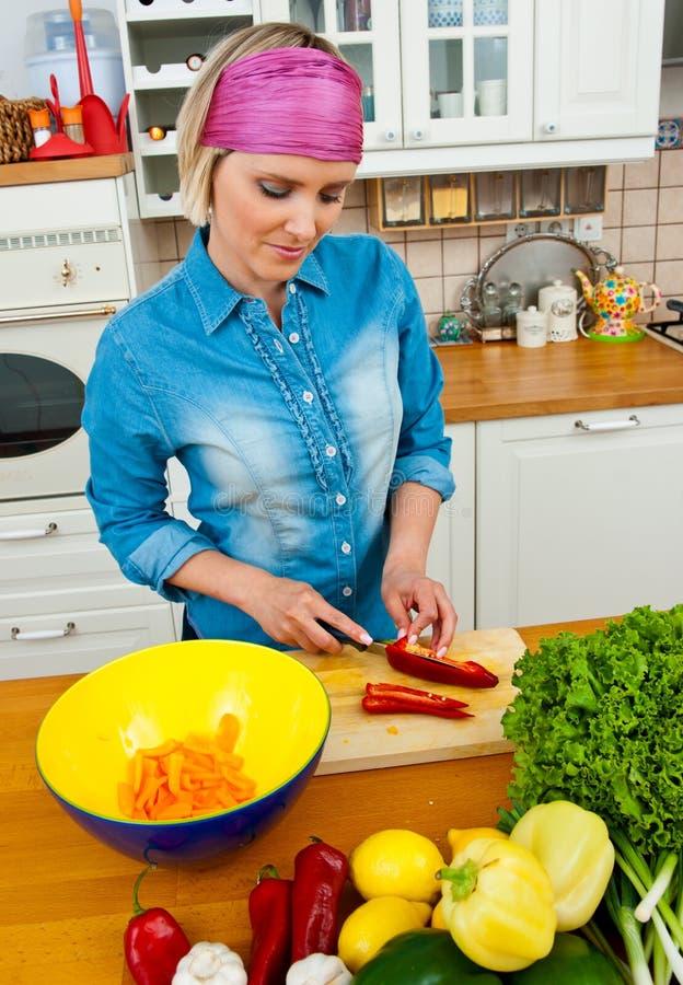 Dona de casa que prepara vegetais fotos de stock