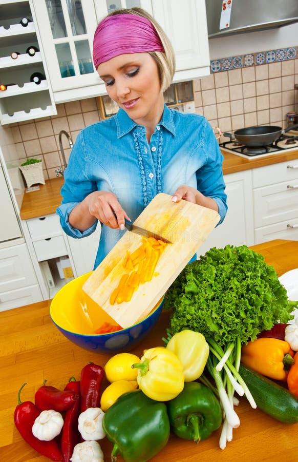 Dona de casa que prepara vegetais imagem de stock