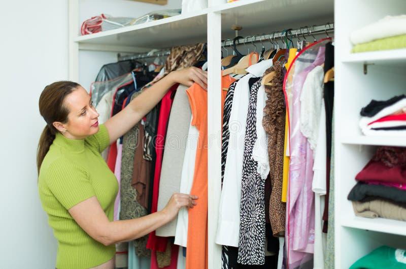 Dona de casa que verifica o fato em casa foto de stock royalty free