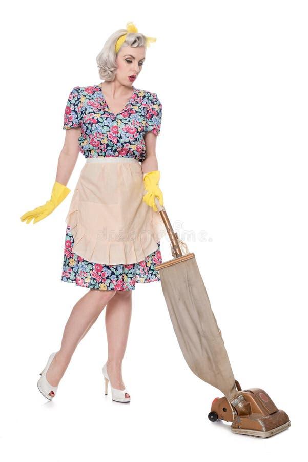 Dona de casa retro, com o aspirador de p30 do vintage, isolado no branco fotos de stock royalty free