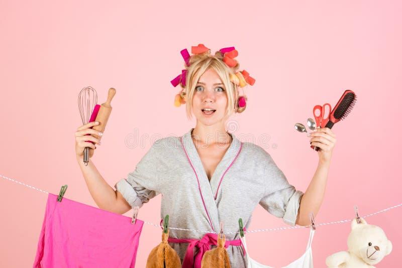 Dona de casa retro feliz Mulher da empregada do vintage Mamã a multitarefas Executando deveres diferentes do agregado familiar Ma fotografia de stock