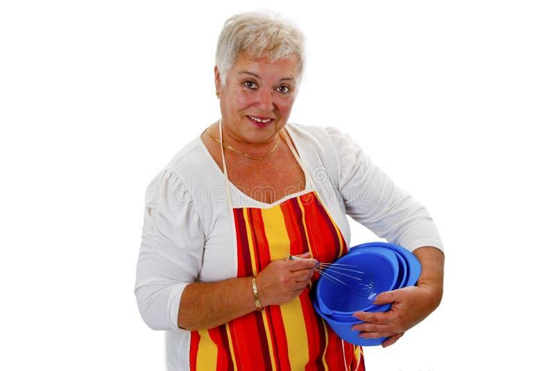 Dona de casa sênior fêmea com bacias e eggbeater fotografia de stock