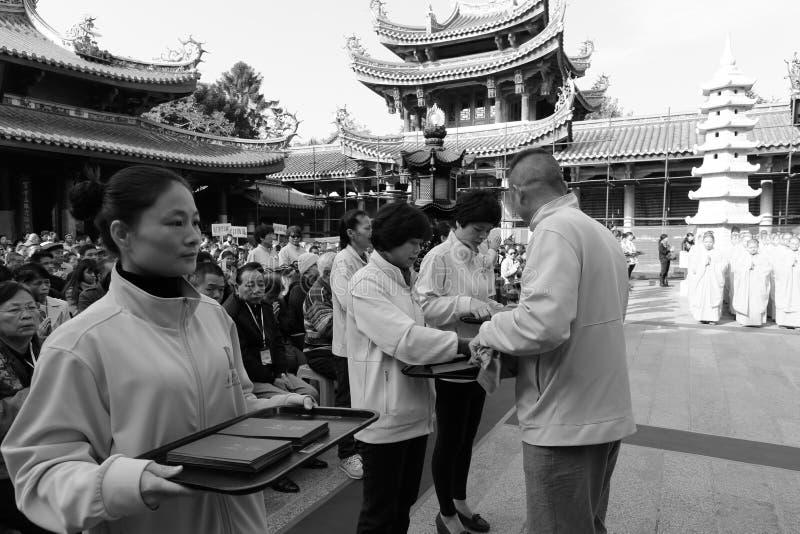 Donación caritativa en el templo del nanputuo fotos de archivo