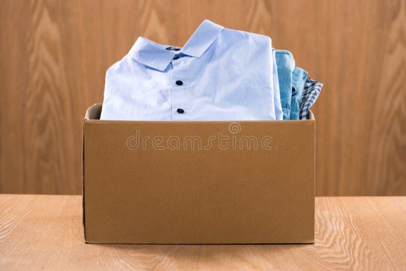 Donación de apoyo de la vivienda o de la comida en la caja para los pobres fotos de archivo