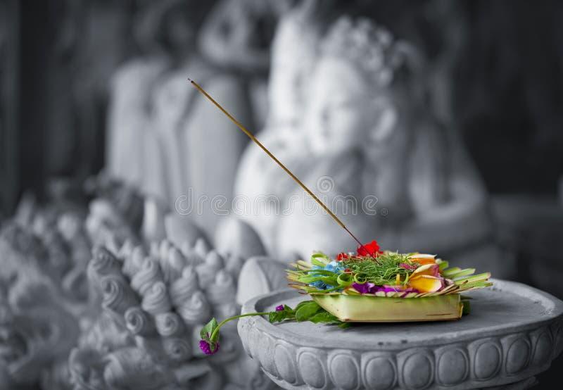 Donación a dioses. Indonesia, Bali imagen de archivo libre de regalías
