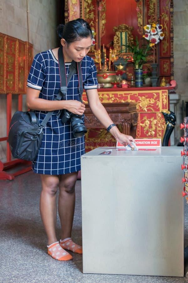 Donación para el monasterio budista foto de archivo libre de regalías