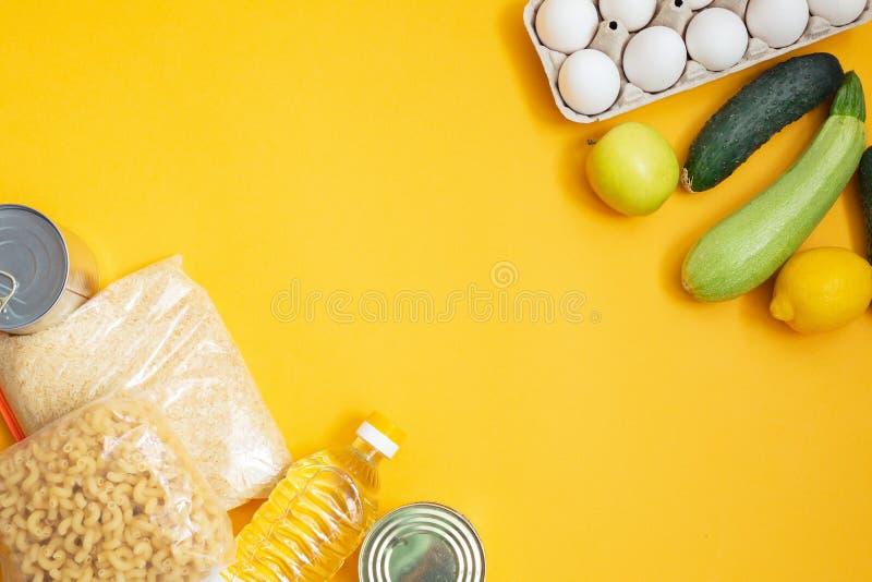 Donaciones de comida en fondo amarillo, vista superior foto de archivo libre de regalías