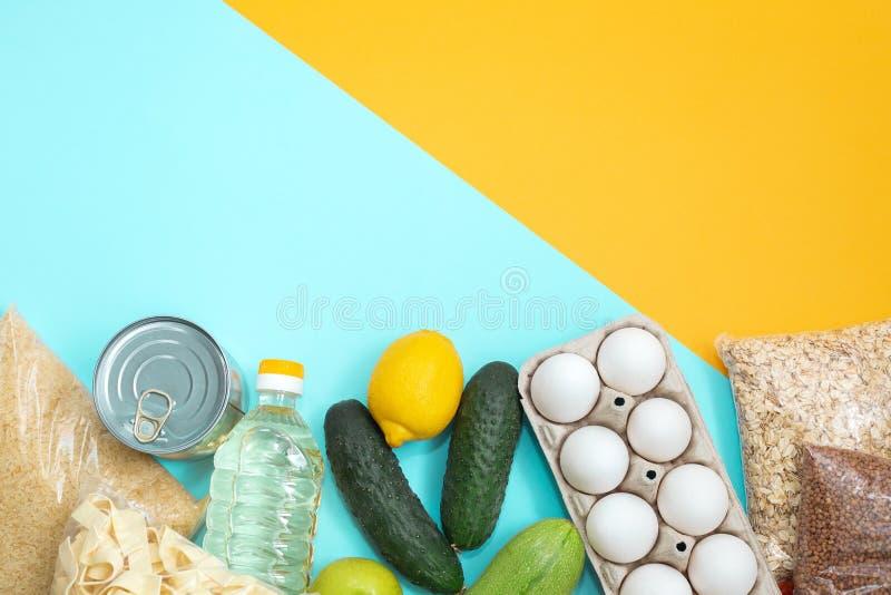 Donaciones de comida en fondo amarillo, vista superior fotos de archivo libres de regalías