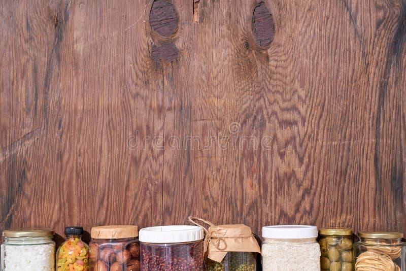 Donaciones de la comida en el fondo de madera, visión superior fotos de archivo libres de regalías