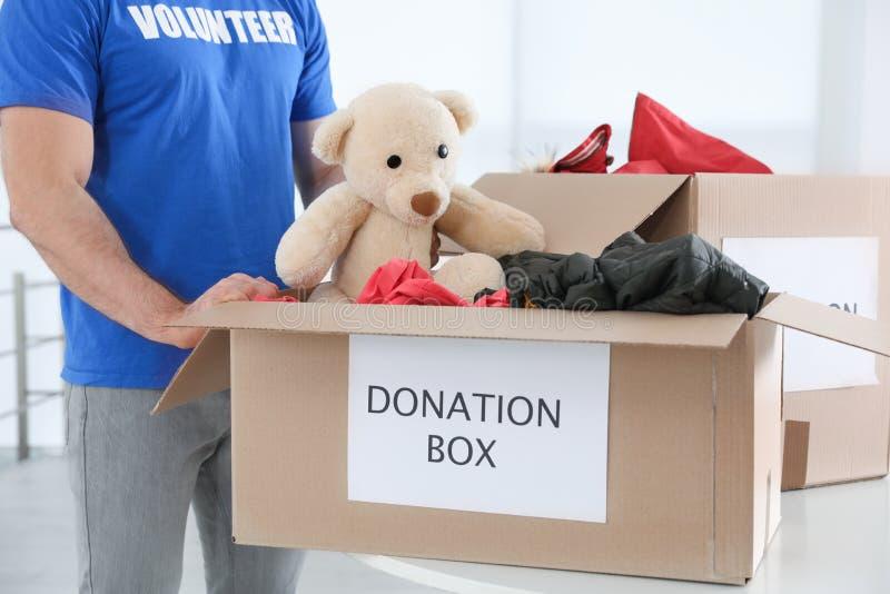 Donaciones de recogida voluntarias del varón en la tabla fotografía de archivo libre de regalías