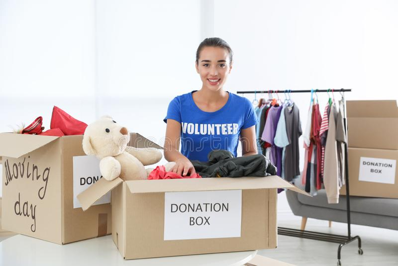 Donaciones de recogida voluntarias de la hembra en la tabla imagen de archivo libre de regalías