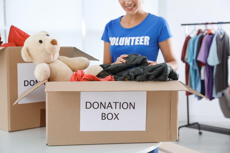 Donaciones de recogida voluntarias de la hembra en la tabla imagen de archivo