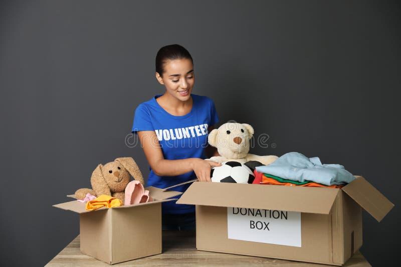 Donaciones de recogida voluntarias de la hembra en la tabla foto de archivo