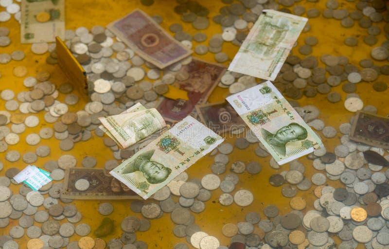 Donaciones del efectivo en Laoshan cerca de Qingdao imagenes de archivo