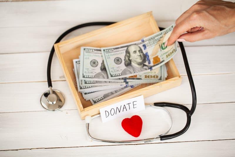 Donaciones y caridad Concepto de la donación Caja de donaciones y de corazón en el fondo blanco fotos de archivo libres de regalías