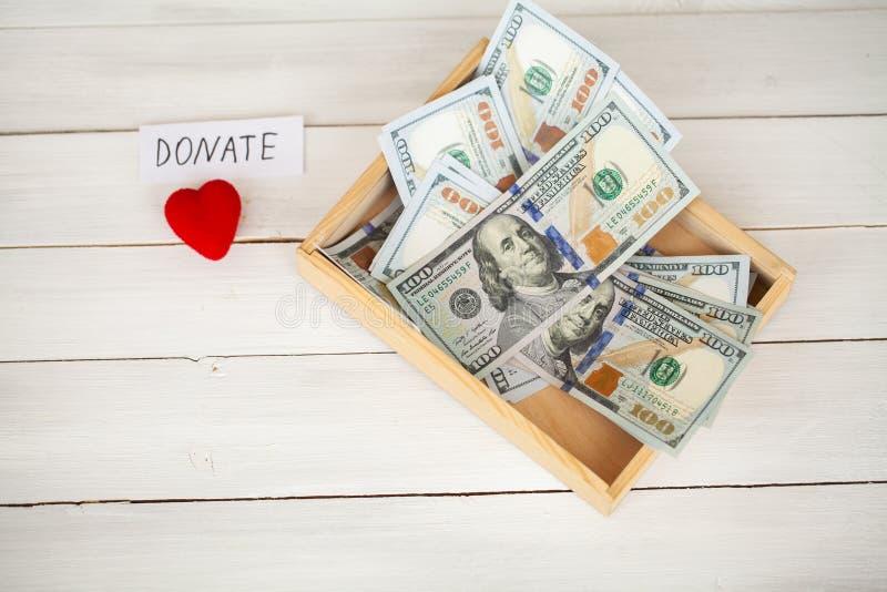 Donaciones y caridad Concepto de la donación Caja de donaciones y de corazón en el fondo blanco foto de archivo libre de regalías