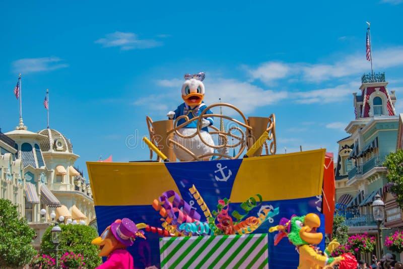 Donald Duck in de Verrassingsviering van Mickey en van Minnie paradeert op lichtblauwe hemelachtergrond in Walt Disney World 14 stock afbeeldingen