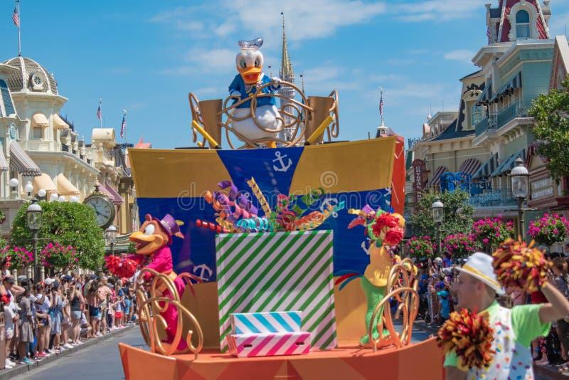 Donald Duck in de Verrassingsviering van Mickey en van Minnie paradeert op lichtblauwe hemelachtergrond in Walt Disney World 11 stock afbeelding