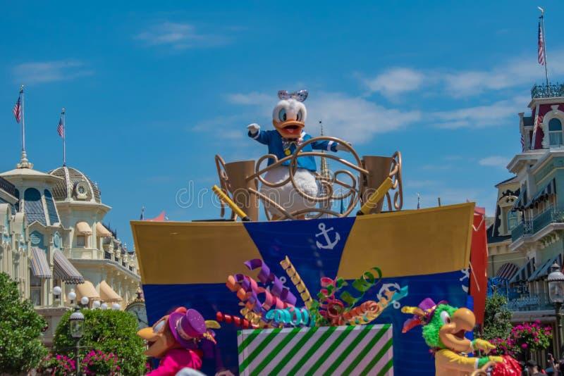 Donald Duck in de Verrassingsviering van Mickey en van Minnie paradeert op lichtblauwe hemelachtergrond in Walt Disney World 13 royalty-vrije stock afbeeldingen
