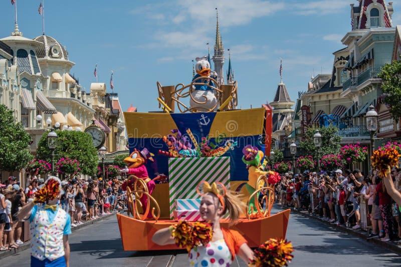 Donald Duck in de Verrassingsviering van Mickey en van Minnie paradeert op lichtblauwe hemelachtergrond in Walt Disney World 9 stock foto
