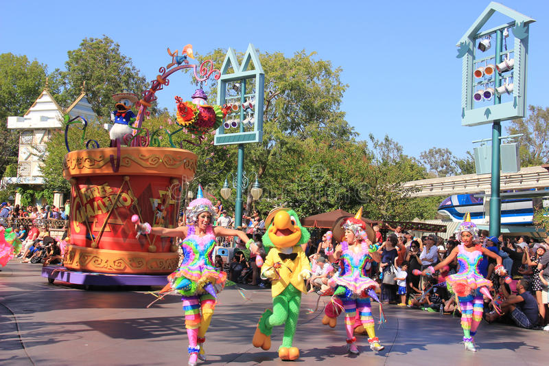 Donald Duck en el desfile de Disney en Disneyland foto de archivo