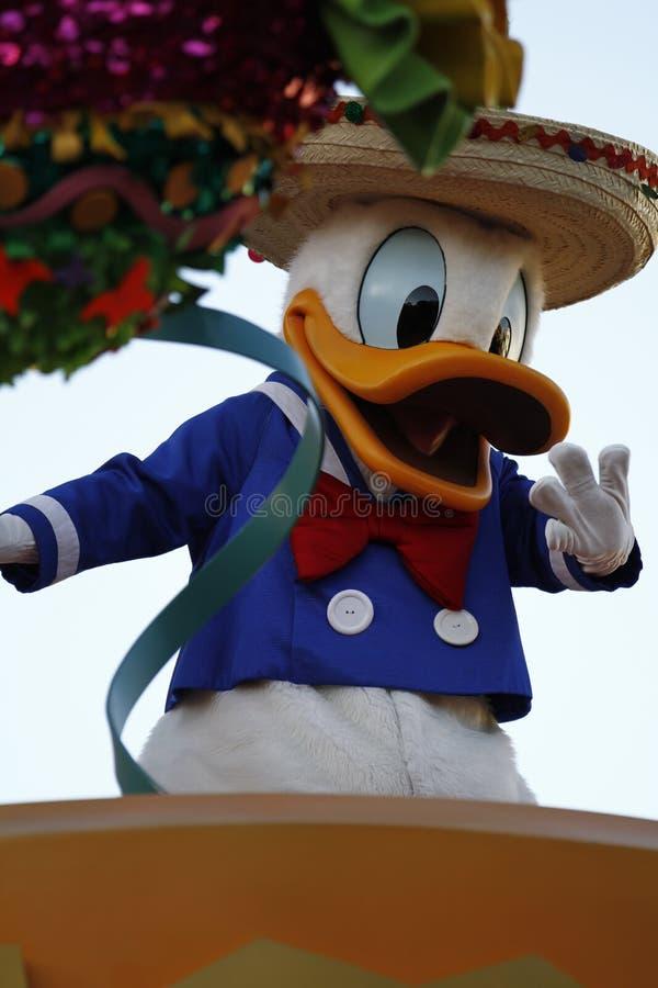 Donald Duck na parada de Disneylândia imagens de stock