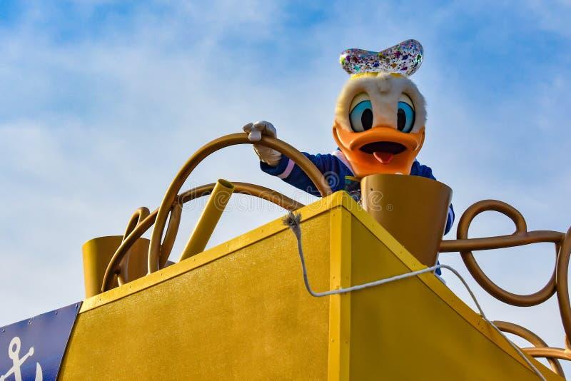 Donald kaczka w Mickey i Minnie niespodzianki świętowanie paradujemy przy Walt Disney World 1 zdjęcie stock