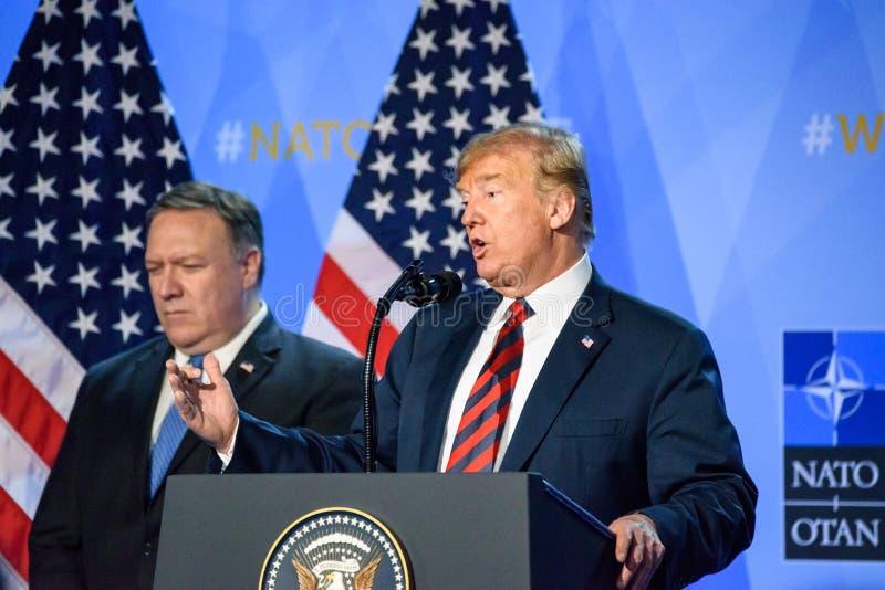 Donald Trump à la conférence de presse, pendant le SOMMET d'OTAN 2018 images libres de droits