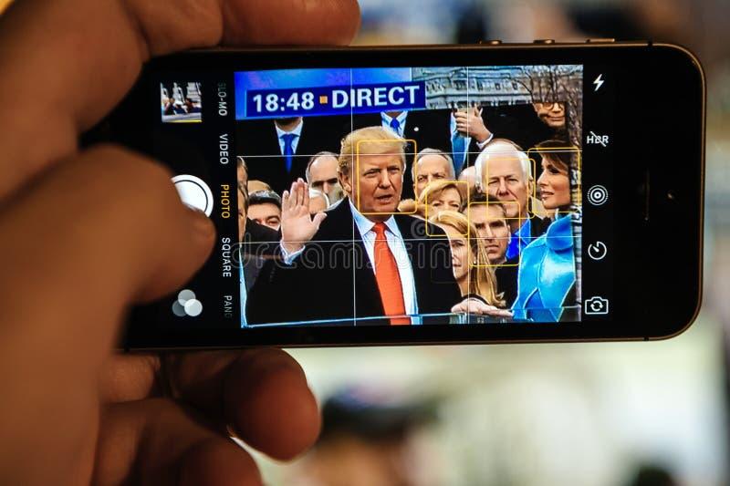 Donald Trump che prende giuramento che prende foto sul iPhone fotografia stock libera da diritti