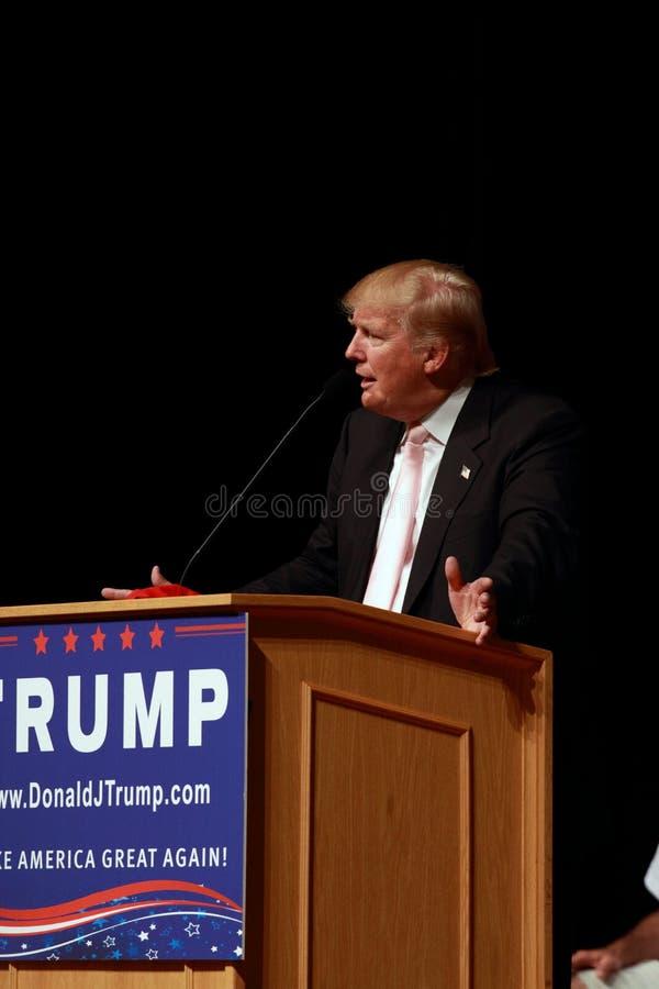 Donald Trump habla en la reunión de la campaña en julio, 25, 2015, en Oskaloosa, Iowa fotos de archivo
