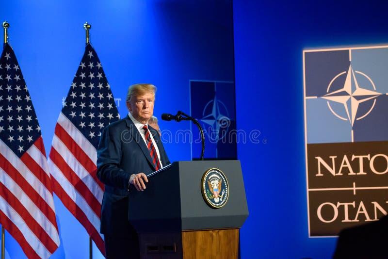 Donald Trump na conferência de imprensa, durante a CIMEIRA de OTAN 2018 fotos de stock royalty free