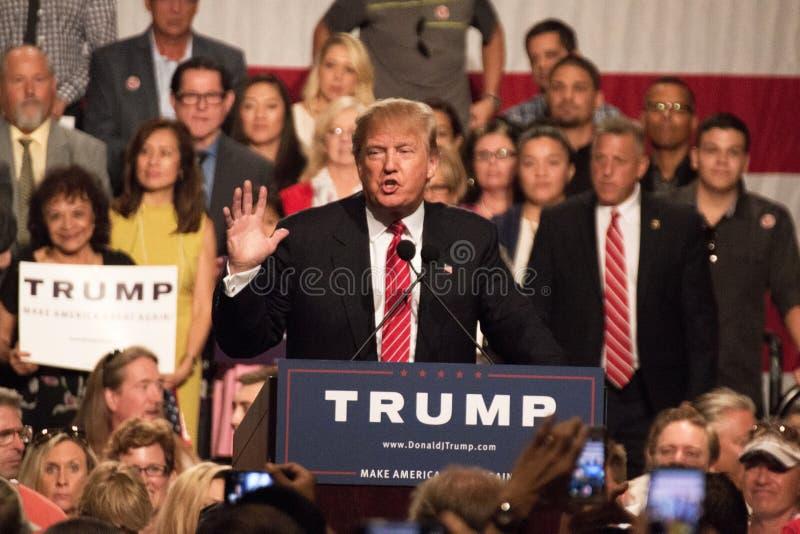 Donalds Trump samlar första presidentkampanj i Phoenix fotografering för bildbyråer