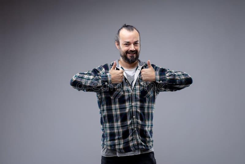 Donante alegre feliz del hombre pulgares dobles para arriba foto de archivo libre de regalías