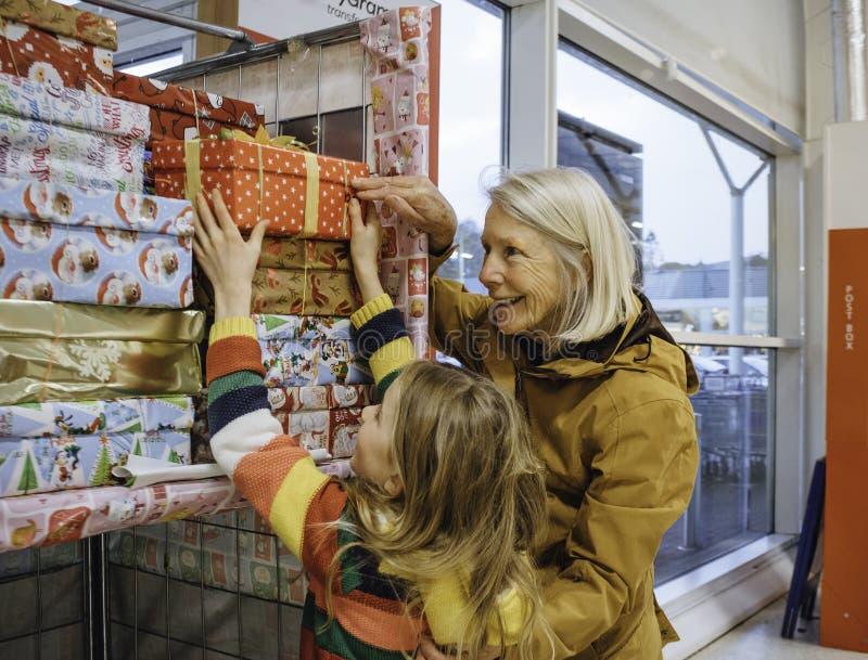 Donante de donaciones de la caridad de la Navidad imagen de archivo libre de regalías