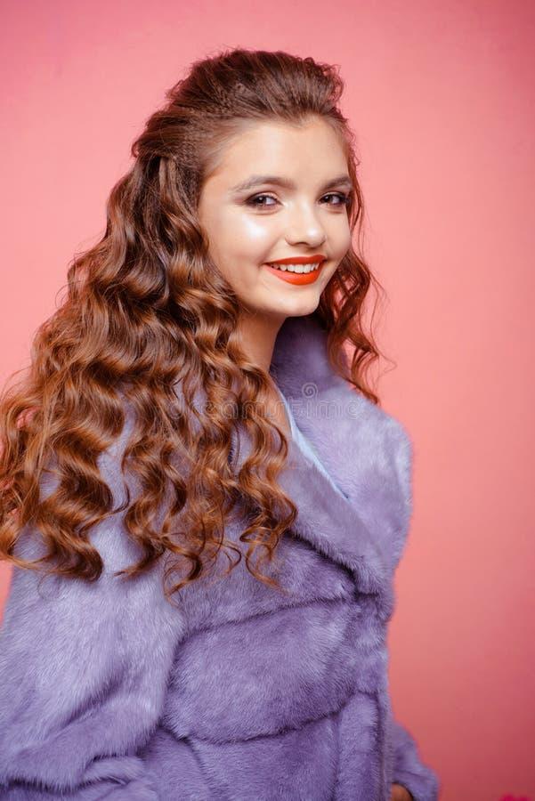 Donante de su humedad y despedida del pelo Mujer joven con las cerraduras largas del pelo Adolescente con el peinado ondulado ele foto de archivo libre de regalías