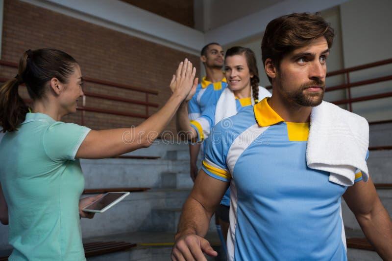 Donante del coche alto-cinco al jugador de voleibol femenino foto de archivo