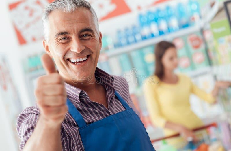 Donante del vendedor del supermercado pulgares para arriba imagen de archivo libre de regalías