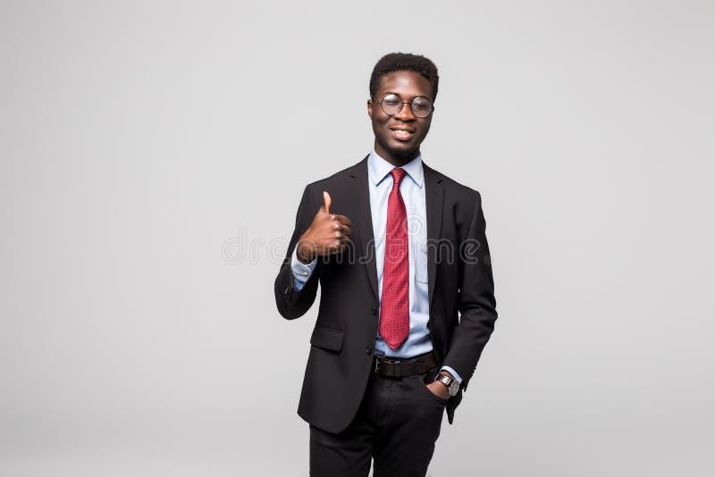Donante ejecutivo negro africano feliz sonriente del profesional pulgares para arriba en estudio imagen de archivo