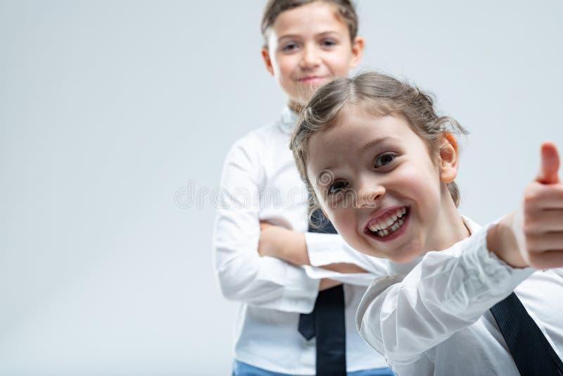 Donante entusiasta fresco de la niña pulgares para arriba fotos de archivo