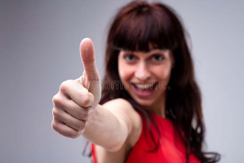 Donante motivado de la mujer joven pulgares para arriba fotografía de archivo