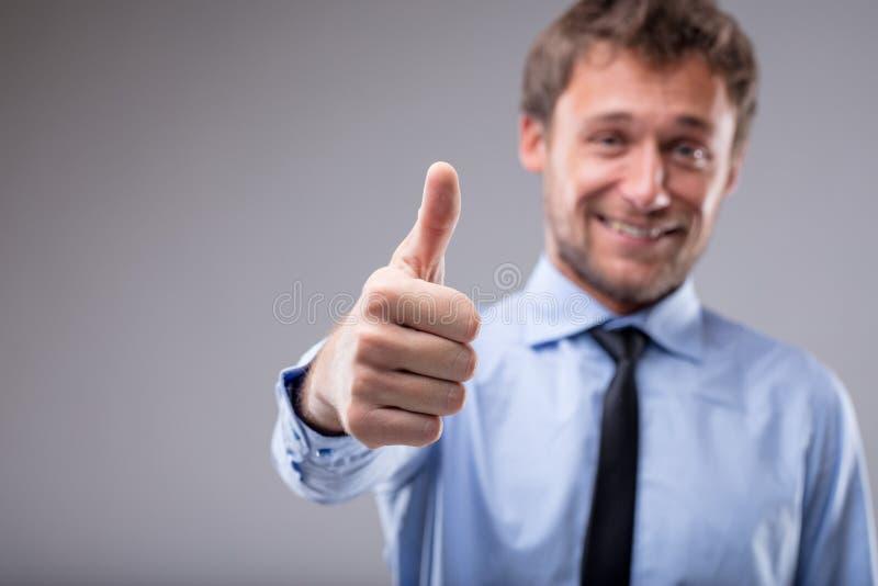 Donante motivado sonriente del hombre pulgares para arriba fotos de archivo libres de regalías