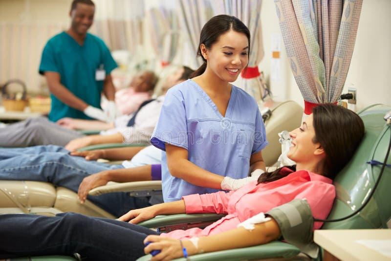 Donantes de sangre que hacen la donación en hospital imagen de archivo libre de regalías