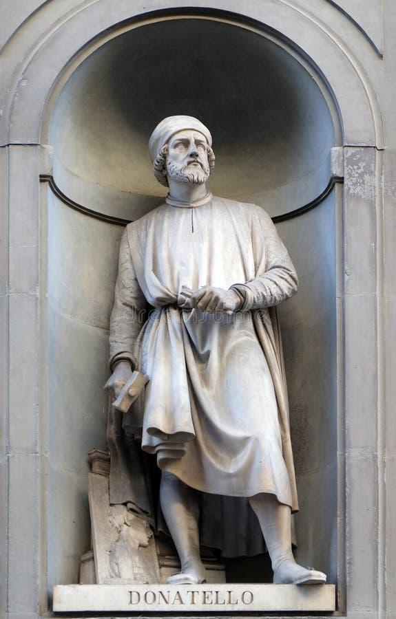 Donatello, Statue in den Nischen der Uffizi-Kolonnade in Florenz stockfotografie