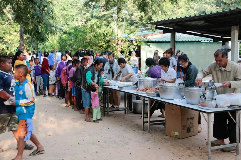 Donation av mat till barn royaltyfri bild