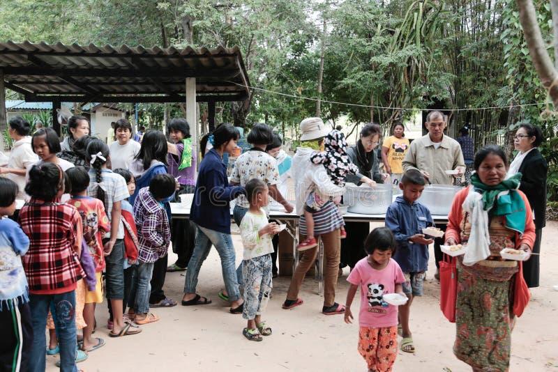 Donation av mat till barn royaltyfria bilder