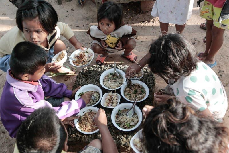Donation av mat till barn royaltyfri foto